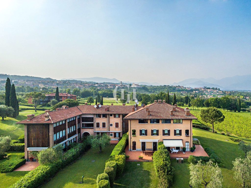 Penthouse with Lakeview, located in Garda Golf.
