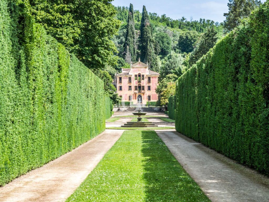 Unpaired historic villa in Veneto region